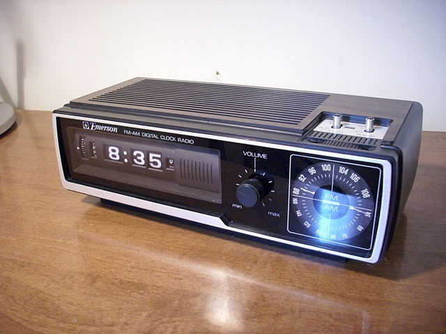 640px-Emerson_DCF-80_Flip-Number_Alarm_Clock_Radio_Front
