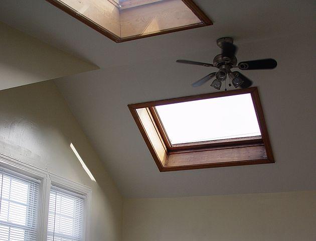 630px-Velux_GGL-7_Center-Pivot_Roof_Window,_1986_Model