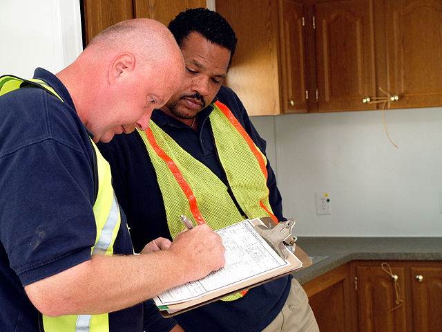 640px-FEMA_-_33710_-_FEMA_and_a_contractor_inspect_mobile_homes_in_California
