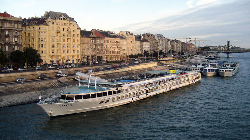 800px-River_cruise_ships_on_the_Danube_in_Budapest