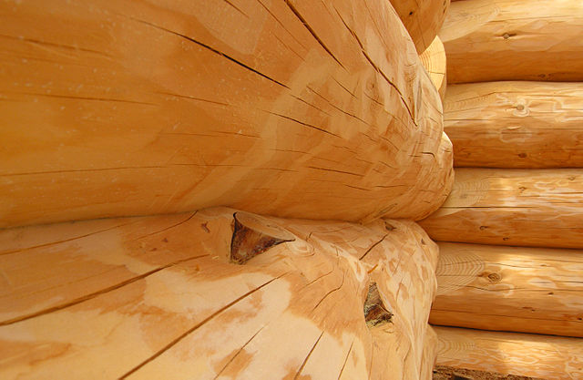 640px-Handcrafted_Scribe-Fit_Log_Home_Closeup